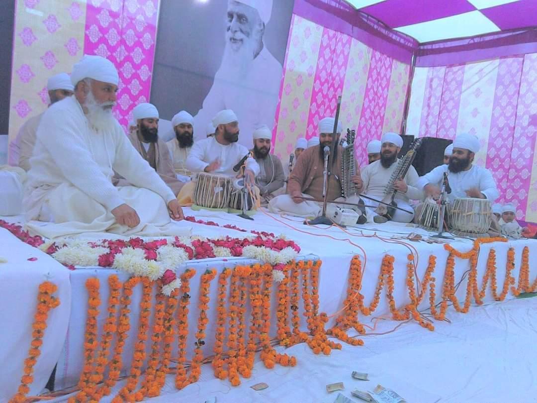 Gian Singh playing jori with his master ustad Sukhvinder Singh Pinky Ji in the presence of Sri Satguru Uday Singh Ji during aasa di vaar in Sri Bhaini Sahib